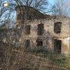 Svatobor - fara | východní vstupní průčelí zdevastovaného objektu bývalé fary ve Svatoboru - duben 2017