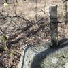 Bražec - železný kříž | zbytek odlomeného železného kříže na kamenném podstavci - březen 2017