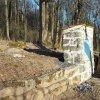 Německý Chloumek - kaplička sv. Jana Nepomuckého | výklenková kaplička sv. Jana Nepomuckého na ohradní zdi bývalé zahrady - duben 2016