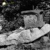Kolešov - socha sv. Barbory | podesta sochy sv. Barbory z Kolešova v zahradě u farního kostela sv. Petra a Pavla ve Žluticích v roce 1990
