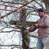 Záhořice - železný kříž   sochař Marcel Stoklasa z Nečtin při renovaci železného kříže - duben 2012