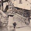 Kozlov - socha sv. Mořice | socha sv. Mořice po pravé straně schodiště ke kostelu Nanebevzetí Panny Marie na historické fotografii z roku 1935