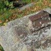 Ratiboř - železný kříž | torzo odlomeného vrcholového železného kříže na vrcholu podstavce - říjen 2015