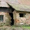 Salajna - hospodářská usedlost čp. 12 | prolomená stěna opuštěného objektu - květen 2004