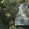 Skoky - kamenný kříž | poničená horní část rozvaleného podstavce kříže s věnovacím nápisem - září 2015