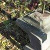 Knínice - železný kříž | horní plocha zchátralého podstavce se zbytky odlomeného kříže a opěrky - říjen 2015