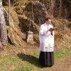 Protivec - železný kříž   znovuvysvěcení obnoveného kříže žlutickým farářem Petrem Řezáčem dne 14. dubna 2012 (foto Protivecké kříže)