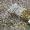 Skoky - železný kříž | zdevastovaný rozvalený podstavec kříže na bývalém rozcestí v polích u zaniklé vsi Skoky - březen 2016