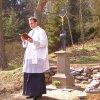 Žlutice - železný kříž | svěcení obnoveného kříže žlutickým farářem Petrem Řezáčem dne 14. dubna 2012 (foto Protivecké kříže)