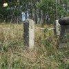 Skoky - kříž Nejsvětější Trojice | zdevastovaný kříž v ohrazení nad zaniklou vsí Skoky od jihozápadu - září 2015