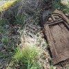Mlýnce - pískovcový kříž | přední strana horní části rozvaleného podstavce kříže u osady Mlýnce - duben 2016