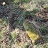 Mlýnce - pískovcový kříž | rozvalený podstavec kříže pískovcového kříže u osady Mlýnce - duben 2016