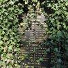 Údolí - pomník obětem 1. světové války | zarostlá deska se jmény padlých - září 2016