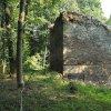 Pomezná - tvrz | torzo kamenné věže v dnes již zcela zaniklé vsi Pomezná od severozápadu - září 2016