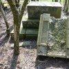 Heřmanov - pomník obětem 1. světové války | rozvalené torzo zdevastovaného pomníku obětem 1. světové války v křovinách u Heřmanova v době před rokem 2013