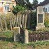 Mrázov - pomník obětem 1. světové války | zchátralý pomník osvobození před usedlostí čp. 17 na návsi v Mrázově - červenec 2018