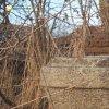 Žalmanov - Dvorský kříž | hlavice podstavce se zbytkem ulomeného litinového vrcholového kříže - březen 2017
