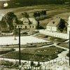 Pernink (Bärringen) | park s kašnou uprostřed obce Pernink (Bärringen) na historické pohlednici z doby před rokem 1945