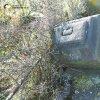Pávice - Garkischův kříž | rozvalený podstavec Garkischova kříže se zbytkem ulomeného vrcholového kříže u vsi Pávice - březen 2017