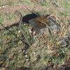 Žalmanov - Bluartzský kříž | rozvalený podstavec Bluartzského kříže při jižním průčelí farního kostela Nanebevzetí Panny Marie v Žalmanově - březen 2017