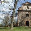 Verušičky - kaple Nejsvětější Trojice | vstupní západní průčelí zdevastované kaple Nejsvětější Trojice - duben 2014