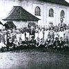 Jelení - kostel sv. Antonína Paduánského   děti s učitelem na školní zahradě za kostelem na historickém snímku z době před rokem 1945