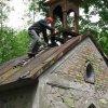 Stichlův Mlýn - kaple Panny Marie | osazování nové zvoničky na střechu kaple - červen 2009