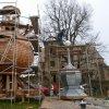Kozlov - kostel Nanebevzetí Panny Marie | stavba nové cibulové báně věže kostela - říjen 2011