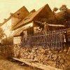 Kozlov (Koslau) | rodný dům starosty Adolfa Neudertha v roce 1928 - vpravo zachycen jeho děda Franz Brückner