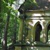 Korunní Kyselka - pohřební kaple Carla Gölsdorfa | detail výzdoby stěn zdevastované kaple s rozetami, polosloupy a torzy chrličů - červen 2017