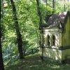 Korunní Kyselka - pohřební kaple Carla Gölsdorfa | zdevastovaná pohřební kaple Carla Gölsdorfa u bývalých lázní v Korunní Kyselce od východu - červen 2017