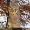 Háje - pomník obětem 1. světové války | reliéfní socha plačící ženy na přední straně kamenné stély - listopad 2009