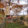 Háje - pomník obětem 1. světové války  | udržovaná úprava okolí pomníku - listopad 2009