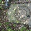 Dlouhá - pomník obětem 1. světové války | reliéf vavřínového věnce v horní části svrženého komolého nástavce pomníku padlým - květen 2017