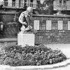 Karlovy Vary - pomník obětem 1. světové války | soška mládence v květinové okrase před již odstrojeným pomníkem v Karlových Varech někdy kolem roku 1958