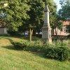 Močidlec - pomník obětem 1. světové války | zchátralý pomník obětem 1. světové války na návsi v Močidleci od severu - listopad 2014