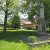 Močidlec - pomník obětem 1. světové války | zchátralý pomník obětem 1. světové války v Močidleci s nově restaurovaným zdobným kovaným plůtkem - květen 2017