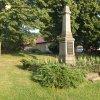 Močidlec - pomník obětem 1. světové války | zchátralý pomník obětem 1. světové války na návsi v Močidleci od severozápadu - červenec 2015
