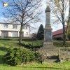Močidlec - pomník obětem 1. světové války | přední pohledová strana zchátralého pomníku obětem 1. světové války v Močidleci od západu - listopad 2014