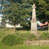 Močidlec - pomník obětem 1. světové války | přední pohledová strana zchátralého pomníku obětem 1. světové války v Močidleci od západu - červenec 2015