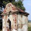 Štoutov - kaple Nejsvětější Trojice | zchátralá kaple Nejsvětější Trojice u rozcestí západně od Štoutova na počátku 21. století