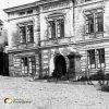 Žlutice - pomník Hanse Kudlicha | pomník Hanse Kudlicha před chlapeckou měšťanskou školou na náměstí ve 40. letech 20. století