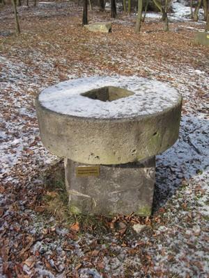 mlýnské kolo jako připomínka všech zaniklých mlýnů na Doupovsku
