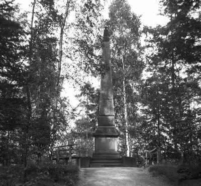 Findlaterův obelisk na historické fotografii kolem roku 1910