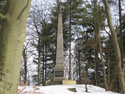Findlaterův obelisk pod Výšinou přátelství - březen 2010
