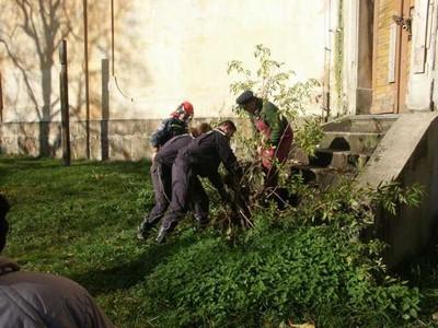 rok 2004 - první práce při záchraně kostela sv. Anny - odstraňování náletových dřevin z okolí kostela i kostela samotného. Keře vyrůstaly ze schodišť, základů, ze zdí, okapů. Na pomoc přijeli dobrovolní hasiči ze Staré Role