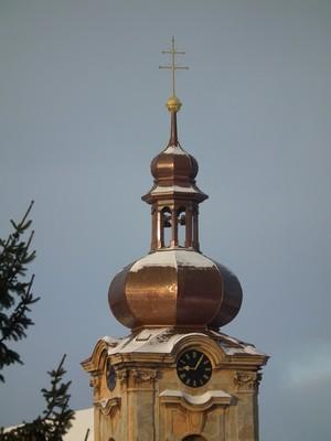konec roku 2010 - novotou zářící věžní báň kostela sv. Anny s již funkčními hodinami