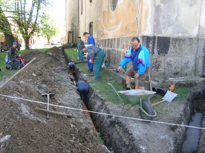 rok 2007 - členové sdružení budují svépomocí dešťovou kanalizaci k odvlhčení zdí kostela sv. Anny v Sedleci