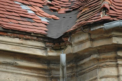 R. 2006 - stav střechy před opravou