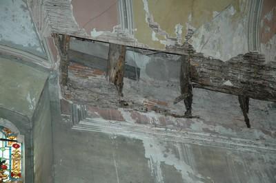 rok 2005 - stav stropní klenby kostela sv. Anny před opravou